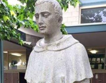 Kip sveca ispred osnovne škole izazvao kontroverze zbog asocijacije na ne baš svetačku aktivnost