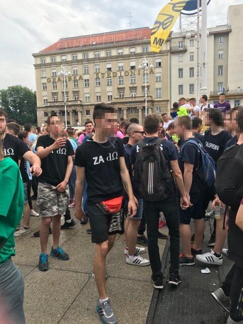 [FOTO] Nekolicina zagrebačkih maturanta opet divlja: Pojavili se u kontroverznim majicama i skandiraju 'za dom spremni'