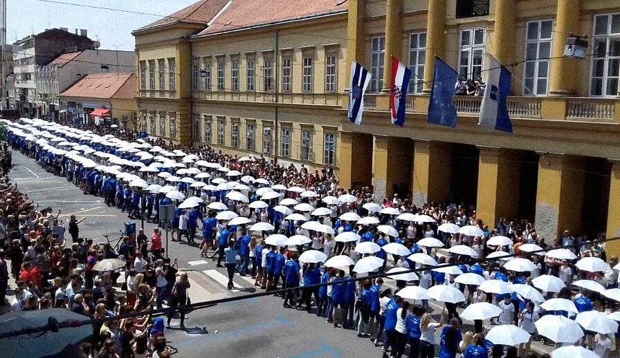 [VIDEO] Prizor s norijade kao iz najljepše bajke braće Grimm: Ovako su se od škole oprostili maturanti iz Osijeka