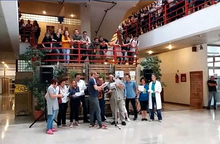 Da se naježiš: Nastavnici i učenici zagrebačke gimnazije dirljivom se gestom oprostili od dvoje profesora