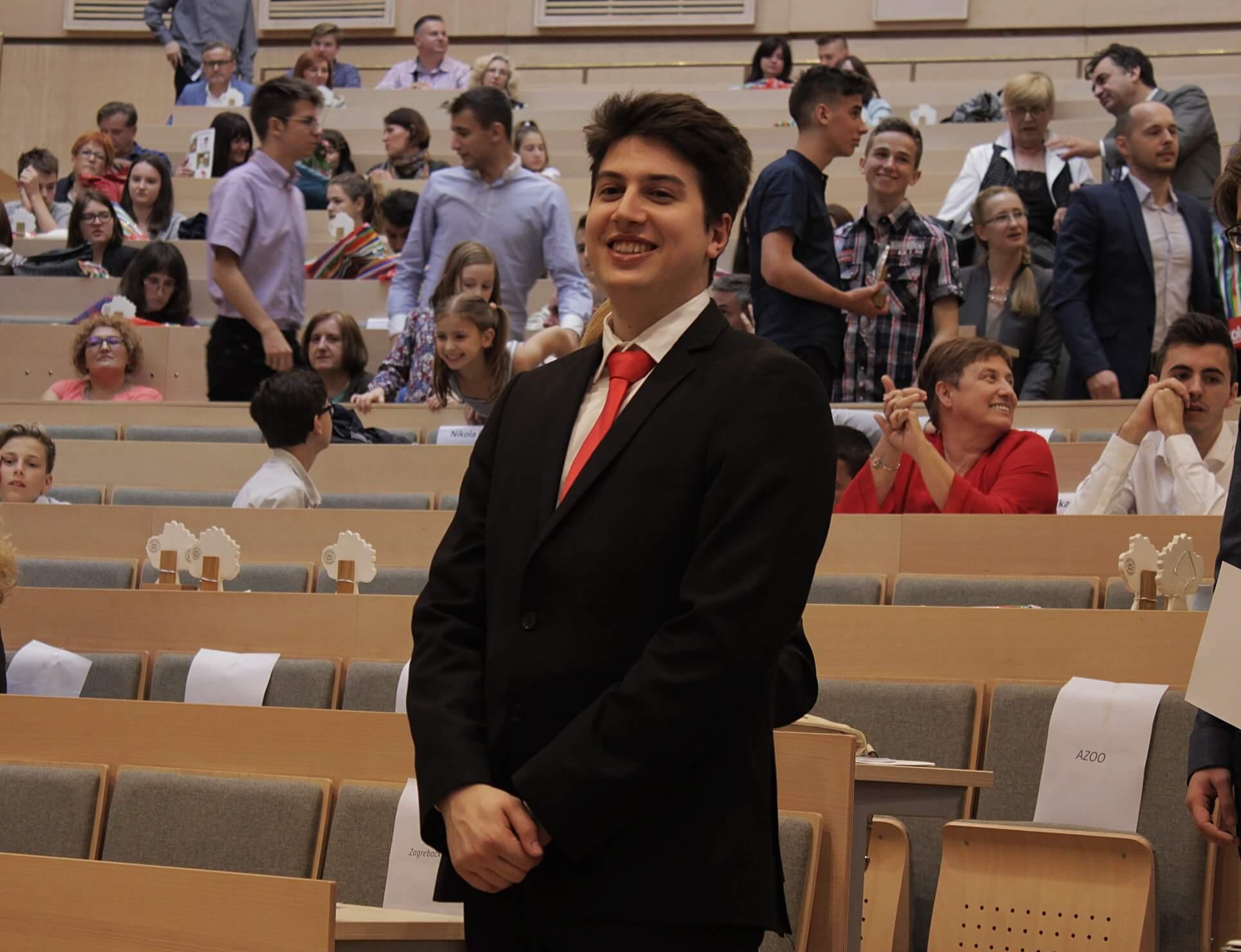[VIDEO] Najuspješniji ovogodišnji učenik održao maestralan govor u kojem nije štedio politiku, medije, profesore i NCVVO!