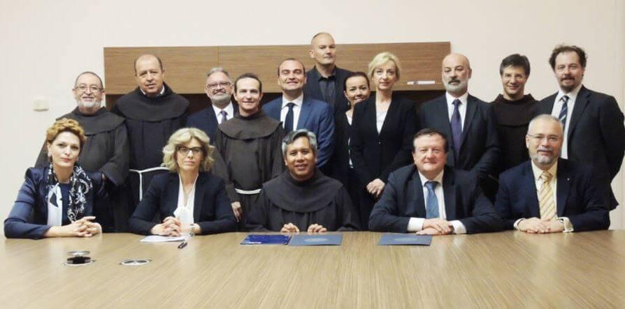 Njegovanje biblijskih vrijednosti ide 'turbo': Izaslanstvo Borasovog sveučilišta išlo na rukoljub papi Franji
