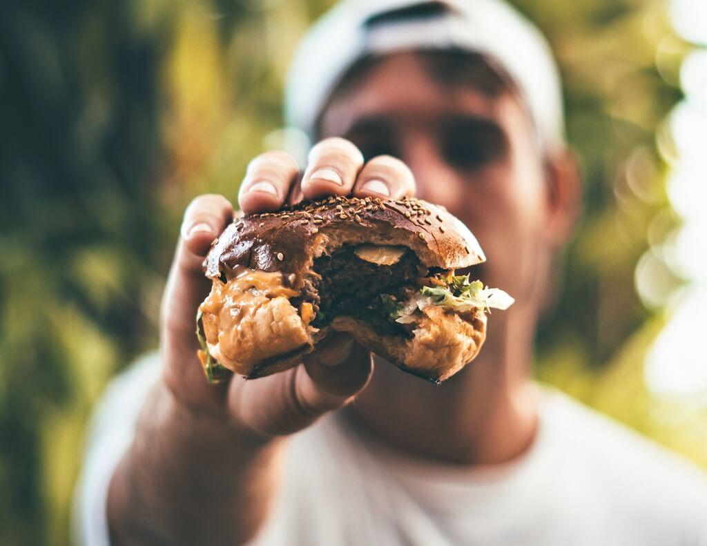 Izgleda da čitav život pogrešno jedemo hamburgere: Ovaj video otkriva ispravan način