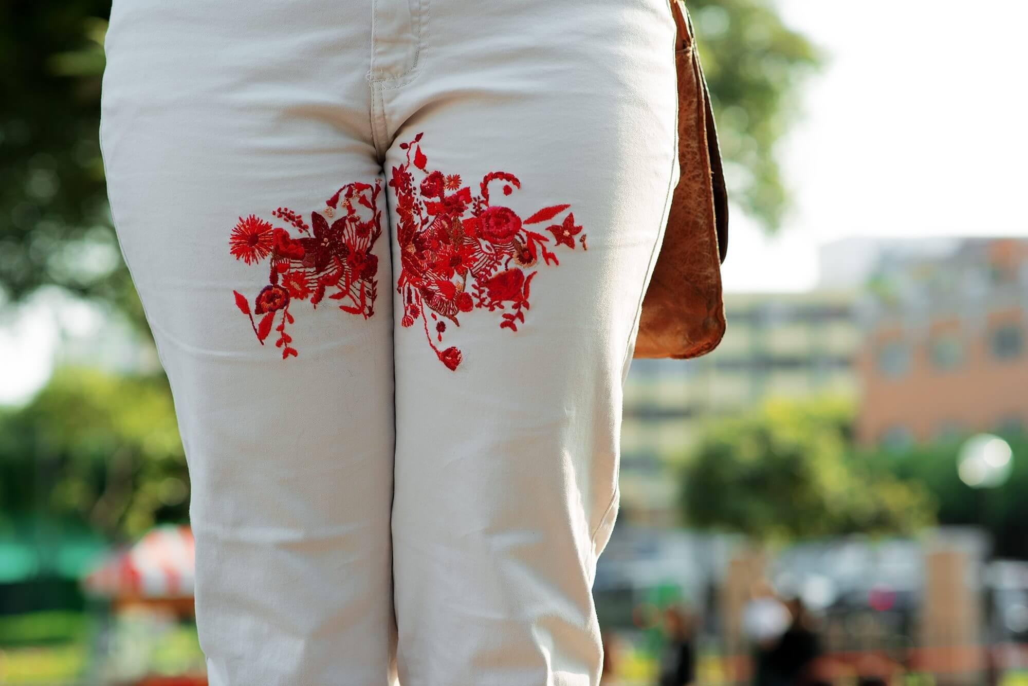 Menstruacija je inspiracija umjetnici koja veze mrlje od menstrualne krvi na odjeći