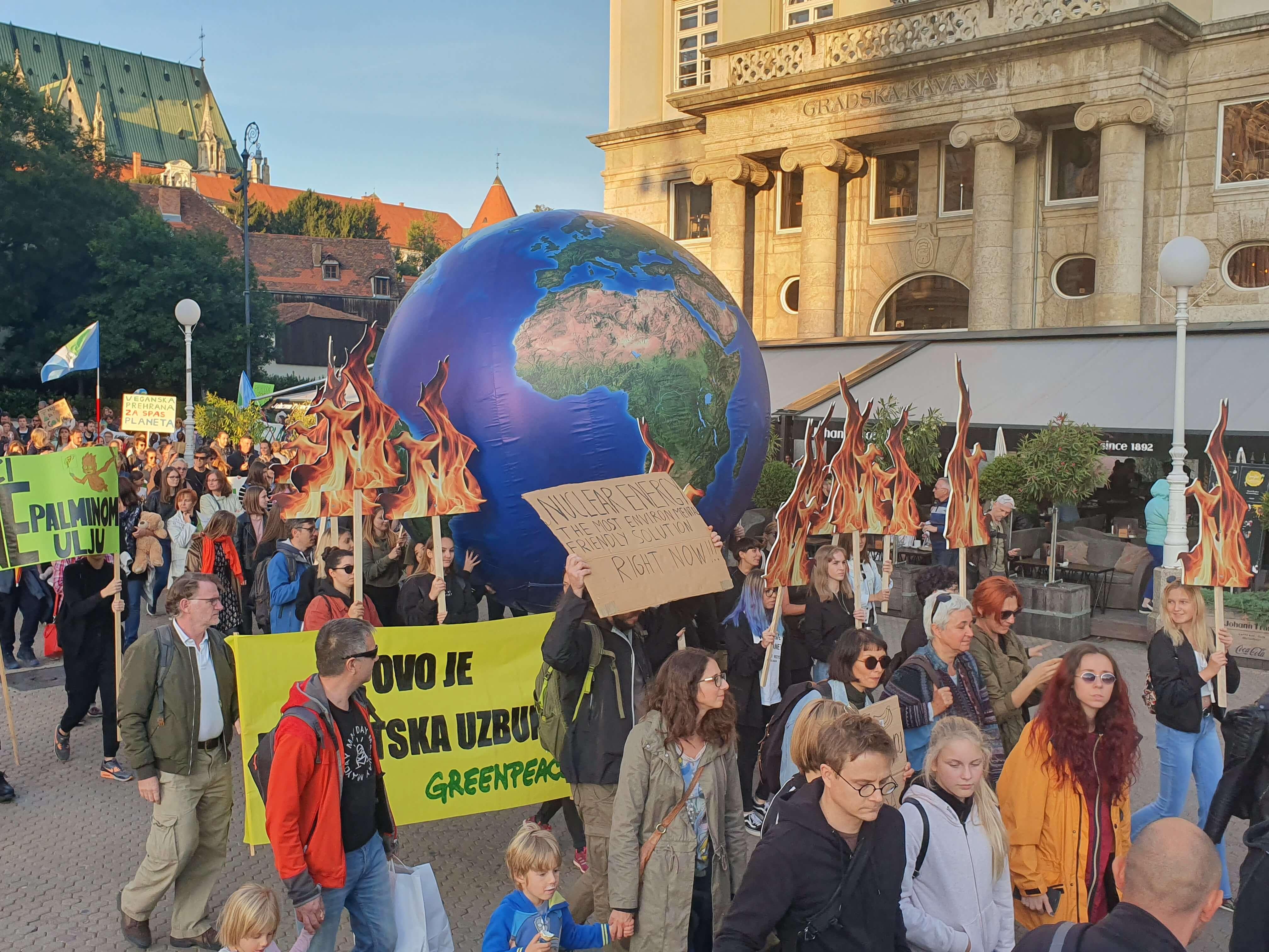 Dok drugi bježe s nastave, ova škola učenike vodi na prosvjed za klimu