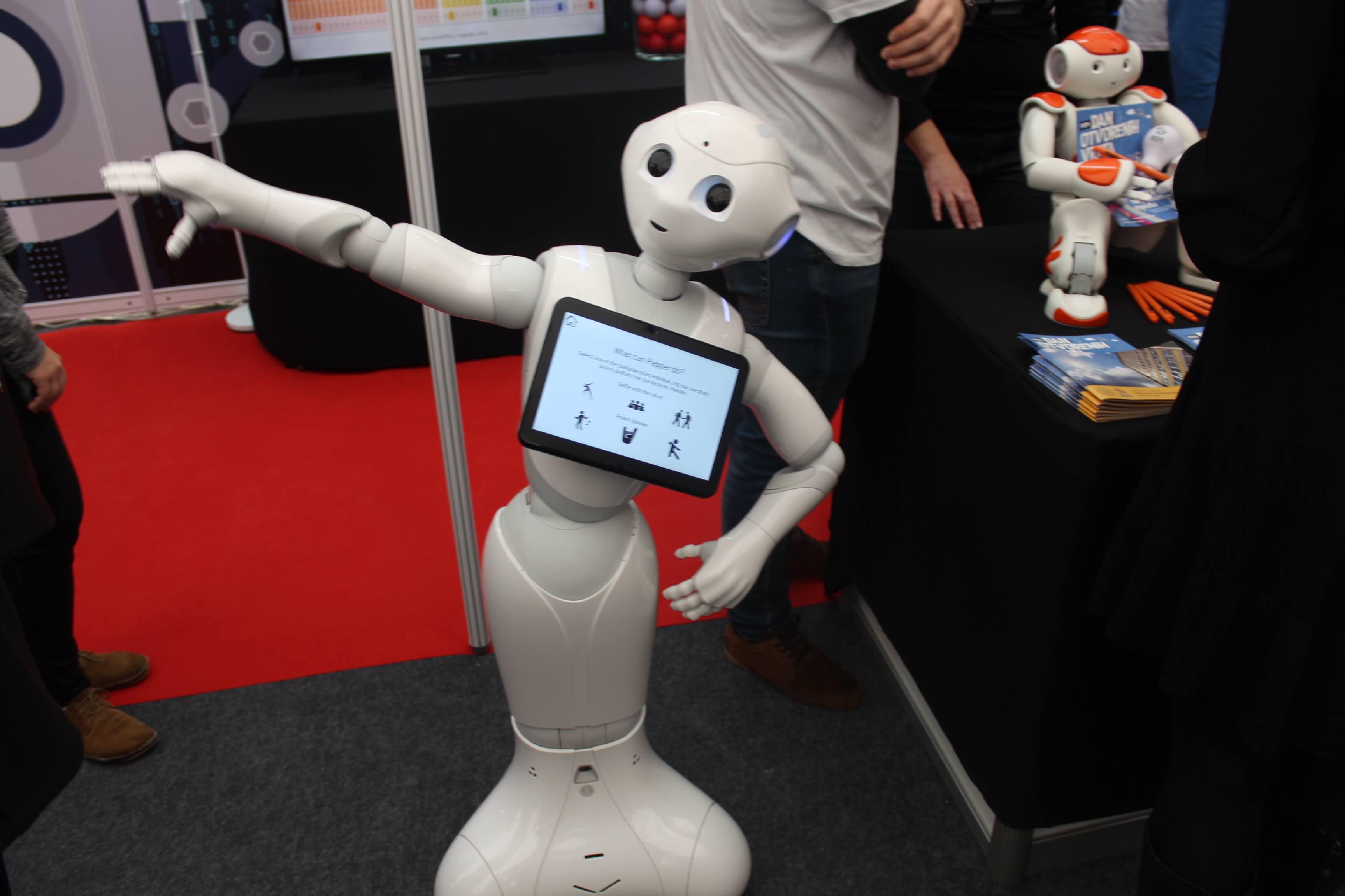 U SC-u se ljudi voze električnim romobilima i plešu s robotom