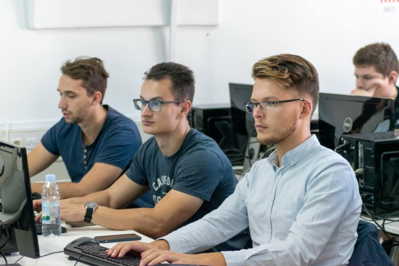 Umjetna inteligencija u poslovanju i računalne igre u studijskim programima FOI-ja