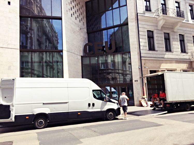 Tužan prizor ispred CEU-a: Nakon što ih je Orban otjerao, kamioni sele stvari u Beč