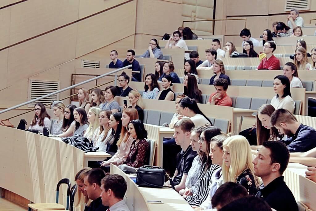 studenti u dvorani