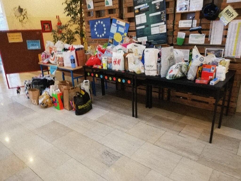 Kakva akcija: Hodnik zagrebačke gimnazije preplavile vrećice pune poklona