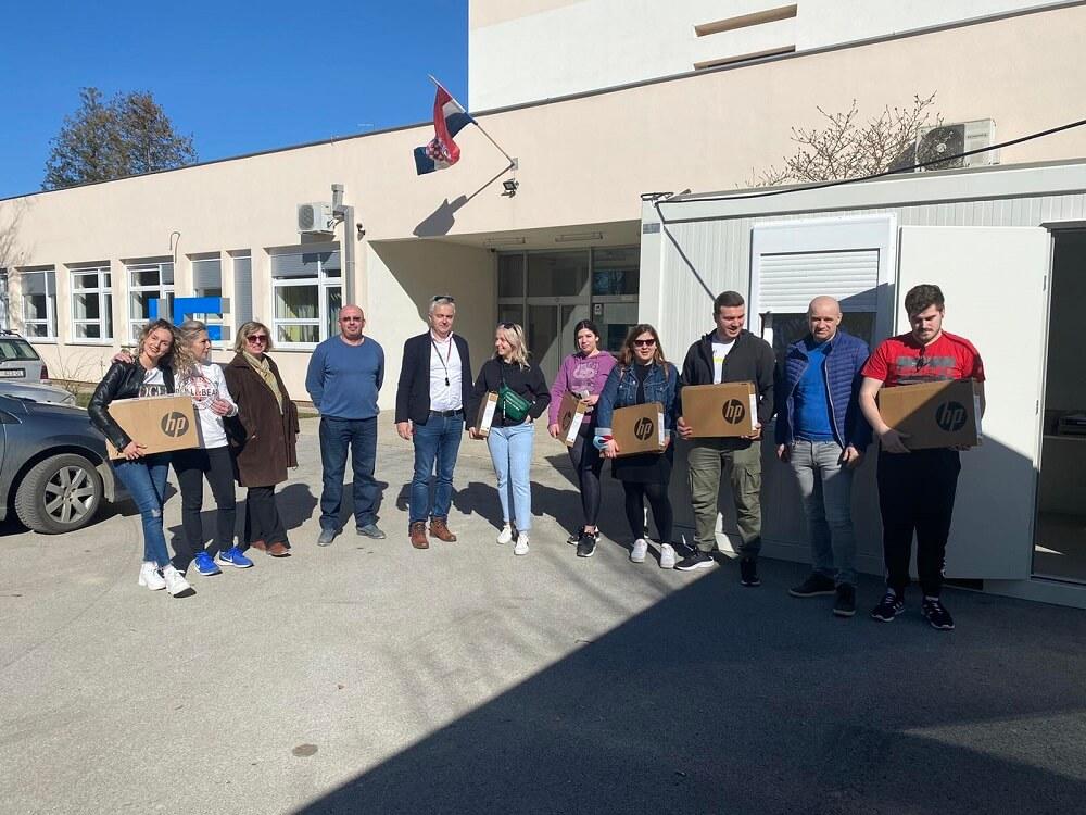 Zagrebački fakultet solidarno s kolegama i studentima iz Petrinje: Poslali im 50 prijenosnih računala