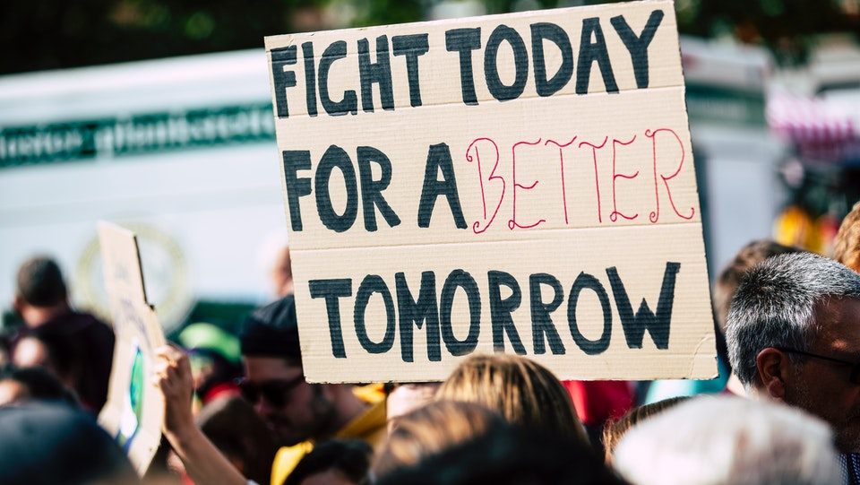 "transparent na prosvjedu na kojem piše ""fight today for a better tomorrow"""