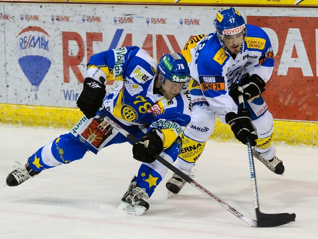 Jan von Arx and Arnaud Jacquemet fight for the puck in the 2009 playoff final.