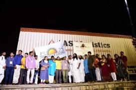 आर्ट ऑफ लिव्हिंगने मदत सामग्रीने भरलेले ६० ट्रक केरळला पाठवले | The Art of Living sends 60 truckloads of Relief Material to Kerala