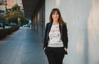 Emprendedora andando en una calle de Barcelona