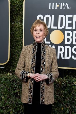 Homenageada duplamente pela HFPA, Carol Burnett chega ao Globo de Ouro para receber o prêmio honorário, destinado aos profissionais da TV, Carol Burnett Award, criado este ano (Foto: Divulgação / Crédito: HFPA Photographer).