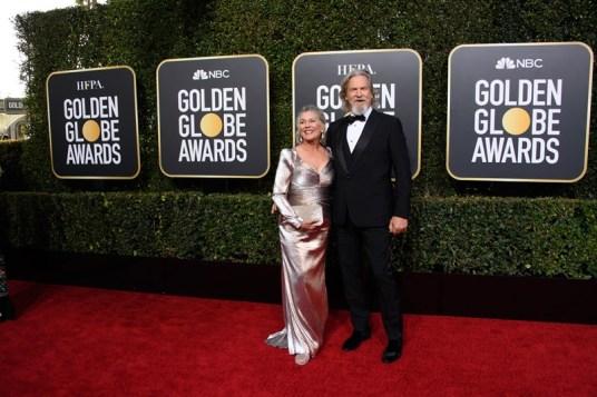 Homenageado com o Cecil B. DeMille Award, Jeff Bridges chega à cerimônia, acompanhado da esposa, Susan (Foto: Divulgação / Crédito: HFPA Photographer).