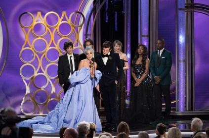 """Lady Gaga recebe o prêmio de melhor canção original """"Nasce Uma Estrela"""", e é observada por Idris Elba e sua filha, Isan, a Miss Golden Globe 2019 (Foto: Divulgação / Crédito: HFPA Photographer)."""