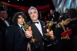 """Alfonso Cuarón e suas três estatuetas por """"Roma"""" (Foto: Divulgação – Crédito: Richard Harbaugh / ©A.M.P.A.S.)."""