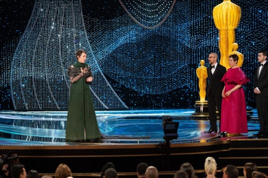 "Olivia Colman accepts the Oscar® for performance by an actress in a leading role during the live ABC Telecast of the 91st Oscars® at the Dolby® Theatre in Hollywood, CA on Sunday, February 24, 2019.Frances McDormand e Sam Rockwell entregaram a estatueta de melhor atriz à Olivia Colman por ""A Favorita"" (Foto: Divulgação – Crédito: Aaron Poole / ©A.M.P.A.S.)."