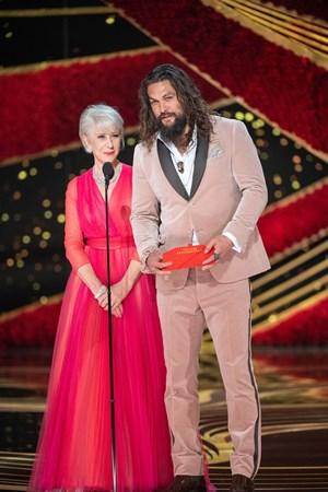 Helen Mirren e Jason Momoa entregaram o prêmio de melhor documentário (Foto: Divulgação – Crédito: Aaron Poole / ©A.M.P.A.S.).