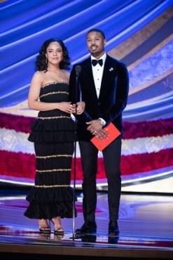 """Par romântico em """"Creed"""", Tessa Thompson e Michael B. Jordan anunciaram o prêmio de melhor trilha sonora original para """"Pantera Negra"""" (Foto: Divulgação – Crédito: Aaron Poole / ©A.M.P.A.S.)."""