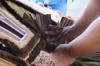 Trabalho dos artistas do Caprichoso para preparação para show para turistas. Foto: Divulgação