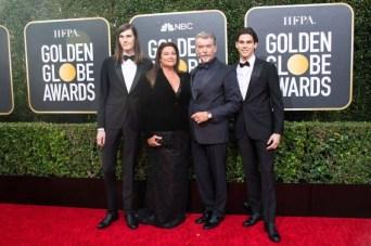 Pierce Brosnan acompanhado da esposa, a jornalista Kelly Shaye Smith, e dos filhos Dylan e Paris, embaixadores desta edição (Foto: Divulgação / Crédito: HFPA Photographer).