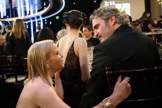 Reese Witherspoon e Joaquin Phoenix durante o intervalo (Foto: Divulgação / Crédito: HFPA Photographer).