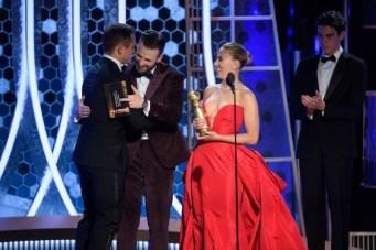 """Chris Evans e Scarlett Johansson entregaram a estatueta de melhor ator em filme de comédia / musical a Taron Egerton por """"Rocketman"""" (Foto: Divulgação / Crédito: HFPA Photographer)."""
