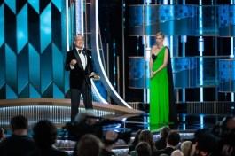 Charlize Theron entregou o Cecil B. DeMille Award a Tom Hanks (Foto: Divulgação / Crédito: HFPA Photographer).
