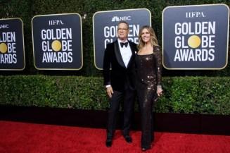 Homenageado com o Cecil B. DeMille Award, Tom Hanks chega ao The Beverly Hilton com a esposa, a atriz Rita Wilson (Foto: Divulgação / Crédito: HFPA Photographer).