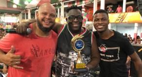 Marquinho Art'Samba (meio) recebe Prêmio SRzd Carnaval 2019. Foto: SRzd