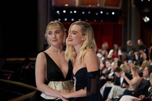 As indicadas Saoirse Ronan e Margot Robbie no intervalo da cerimônia (Foto: Divulgação – Crédito: Valerie Durant / ©A.M.P.A.S.).