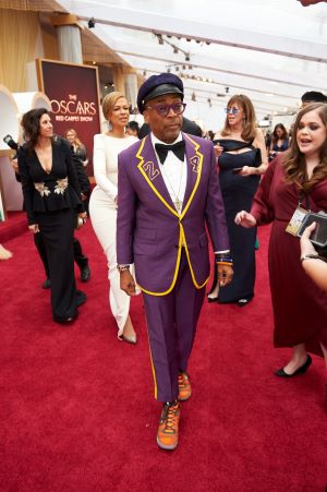 Spike Lee homenageou Koby Bryant em sua roupa, com as cores do Los Angeles Lakers e o número do jogador (Foto: Divulgação – Crédito: Matt Petit / ©A.M.P.A.S.).