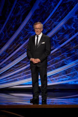 """Steven Spielberg apresentou o segmento """"In Memoriam"""" (Foto: Divulgação – Crédito: Blaine Ohigashi / ©A.M.P.A.S.)."""