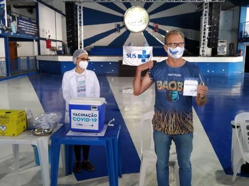 O coordenador de destaques da Portela, Carlos Ribeiro, foi vacinado nesta terça (20). Foto: Divulgação