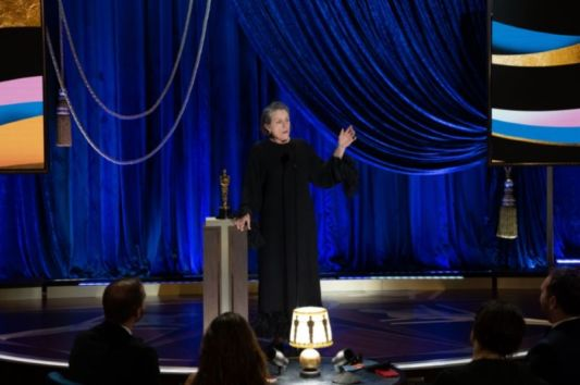 """Frances McDormand recebe o Oscar de melhor atriz por """"Nomadland"""" (Foto: Divulgação – Crédito: Todd Wawrychuk / ©A.M.P.A.S.)."""