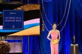 Renée Zellweger apresenta o Oscar de melhor atriz (Foto: Divulgação – Crédito: Todd Wawrychuk / ©A.M.P.A.S.).