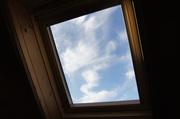 ロフトの天窓から空を覗く