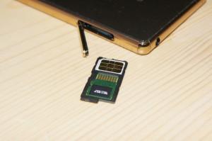nanoSIMとMicroSDXCカードを同じトレイに載せて挿入します