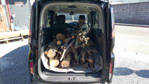 荷台に薪を満載