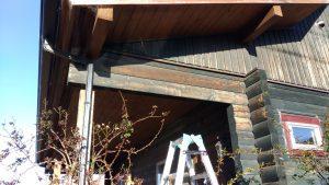 玄関真上、デッキの屋根を支える部分