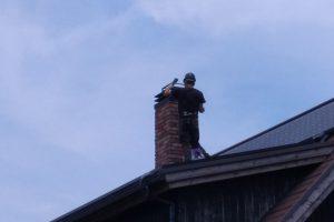 煙突掃除:上からも状況を確認、清掃