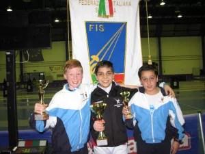 William David Sica secondo nella 3^ prova Interregionale di Spada u. 14 categorai Bambini. Nella foto con il vincitore  Damiano Di Veroli e il compagno di squadra Damiano Esposito 5° classificato.