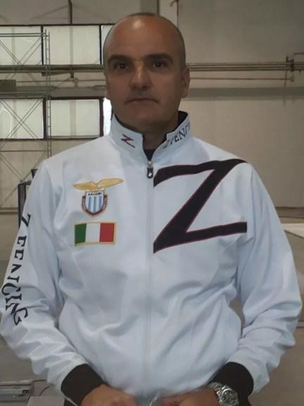 Il M° Vincenzo Castrucci con la tuta ufficiale della ZFencing