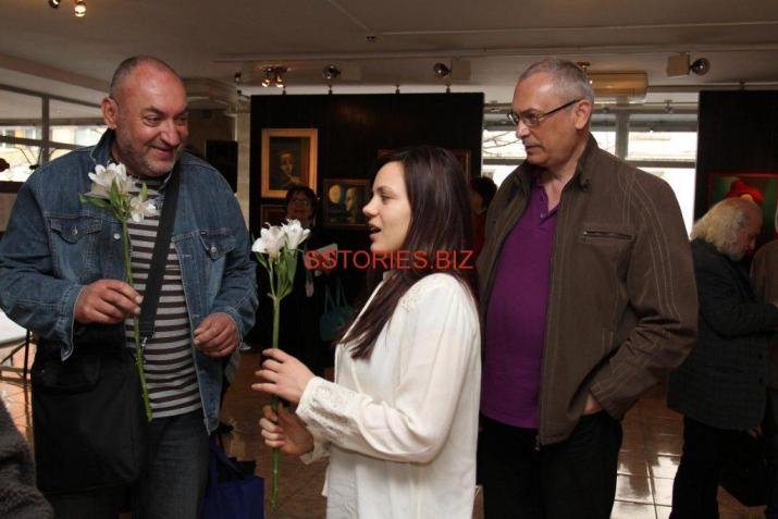 Дъщерята на художника Невена, която е един от авторите със скултура Цветослав Христов вляво и художникът на книгата Христо Христов