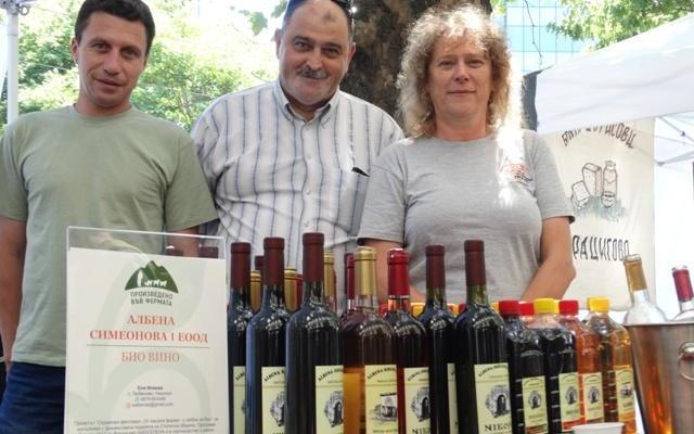 Албена Симеонова с екипа си на Фермерския пазар в София пред МЗХГ в сряда