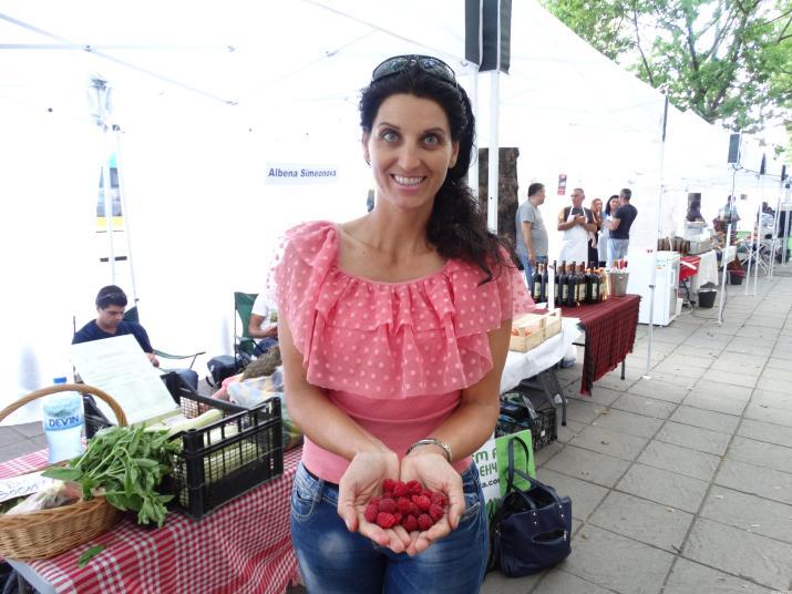 Надя Петкова, биопроизводител от с. Труд, Пловдивско показва малините от тазгодишната реколта. Тя отглежда овошки, плодове и зеленчуци в своето стопанство