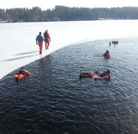 Kuivapuvuilla voit uida myös järven ollessa jäässä!